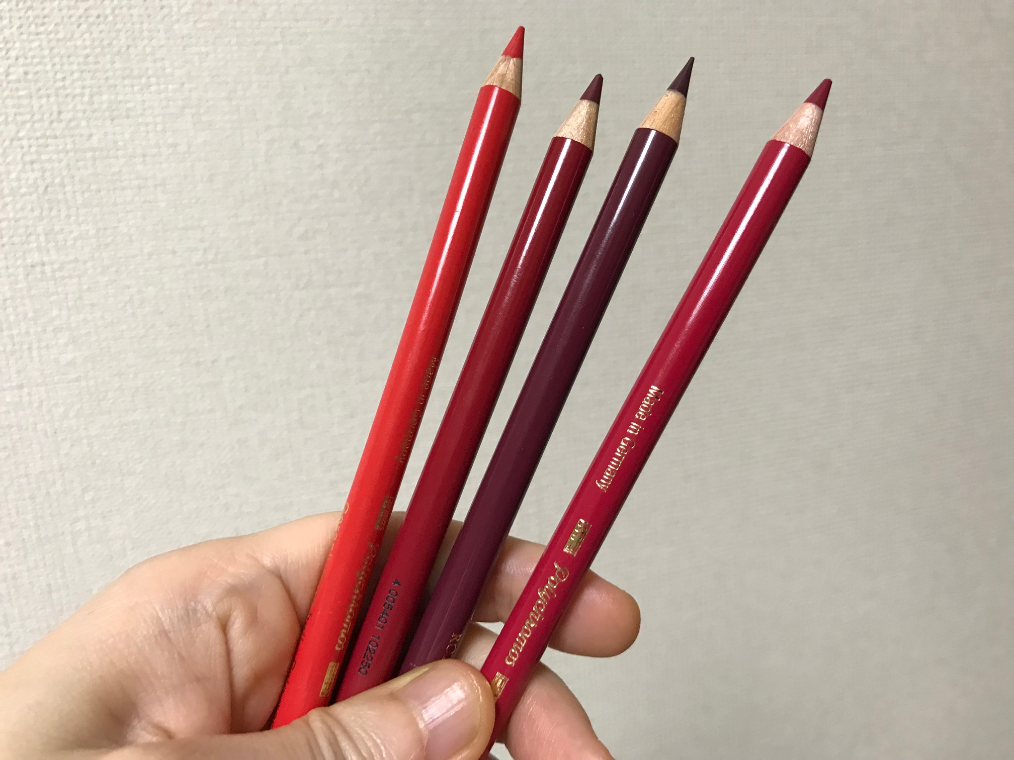 赤系色鉛筆4本の画像
